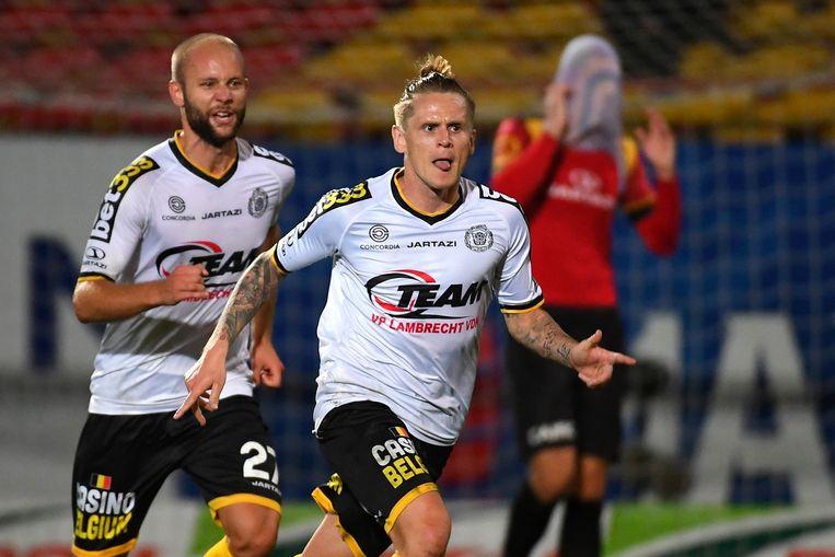 Ari Skulason viert een doelpunt tegen KV Mechelen.
