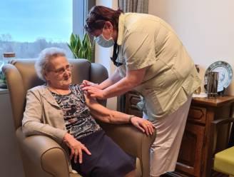 100-jarige Flora krijgt eerste vaccin in Landen