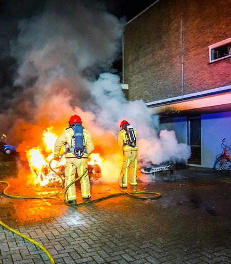 Brandweer ontruimt woningen in Eindhoven na opmerkelijke autobrand