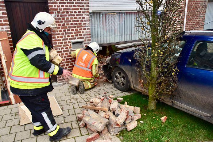 De schade aan zowel de Dacia Sandero als de getroffen gevel was groot, na het ongeval op het kruispunt van de Dikkebusstraat met de Douanestraat in Loker.