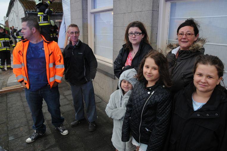 """Luc Van Parys (tweede van links) en Christine Verhelle (rechts achteraan), samen met hun dochter, schoonzoon en kleinkinderen zijn aan erger ontsnapt. """"We slapen net boven de plek waar de aanrijding gebeurde. Het scheelde niet veel of we waren naar beneden gestort."""""""