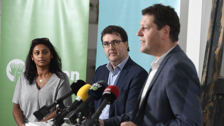 Wouter Van Besien (midden, Groen) zal de lijst trekken en wordt daarmee de rechtstreeks uitdager van Bart De Wever. De onafhankelijke Jinnih Beels (l.) krijgt de tweede plaats, sp.a'er Tom Meeuws (r.) de derde.