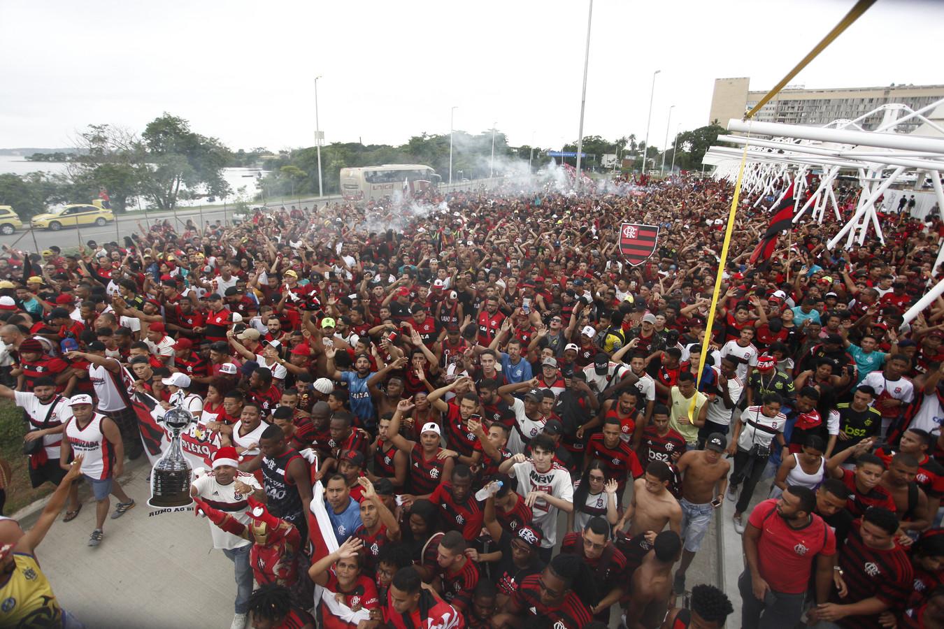 Tienduizend fans van Flamengo zwaaiden de spelers gisteren uit bij het vliegveld in Rio de Janeiro.