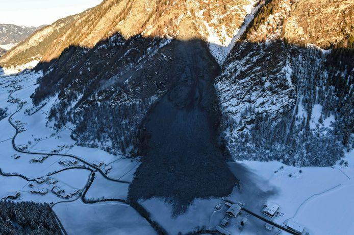 De aardverschuiving gezien vanuit een helikopter.