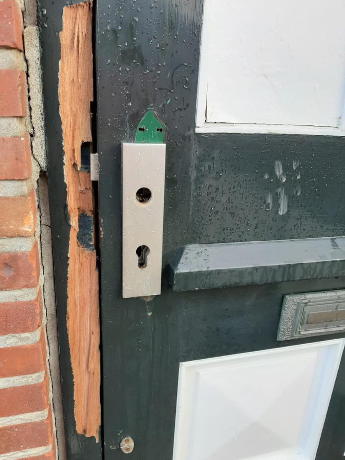 Voordeur geforceerd door de politie.
