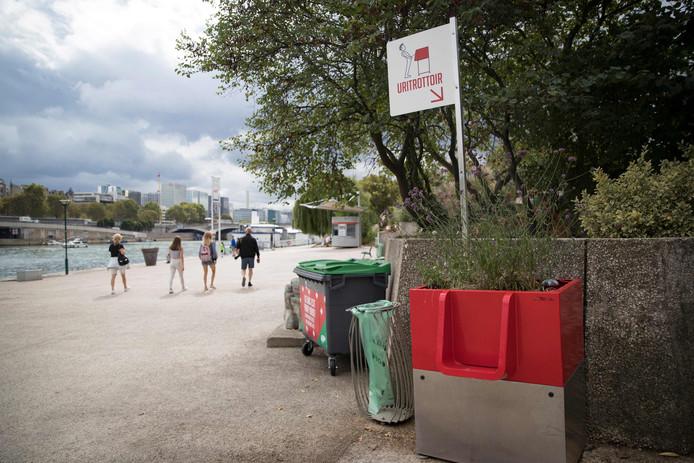 Een uritrottoir aan de oever van de Seine in de buurt van het Gare de Lyon