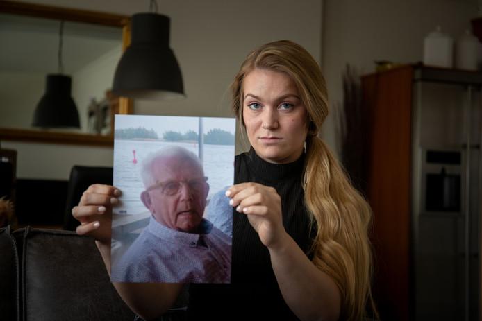 Irissa van den Belt uit Kampen met de foto van haar vermiste opa Dirk van den Belt.
