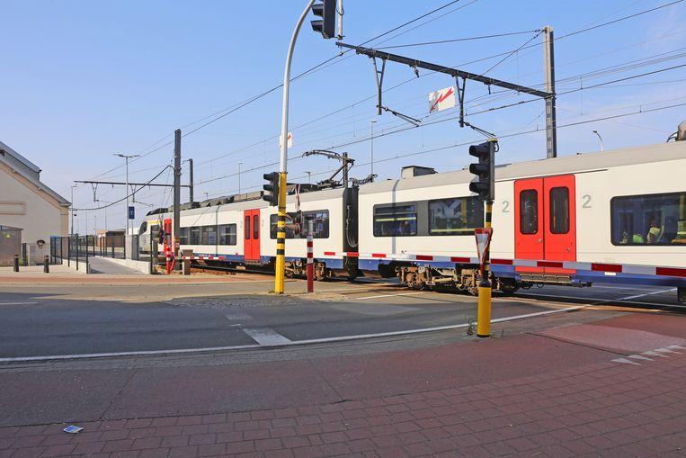 De treinen rijden traag voorbij de slagbomen en het autoverkeer schuift vergeefs aan.