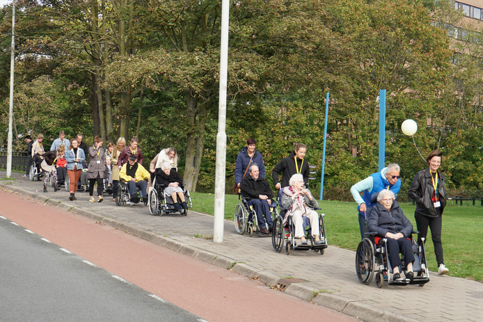 35 inwoners van de Nijmeegse woonzorglocatie Nijevelt gaan zaterdagmiddag op culturele expeditie door hun wijk tijdens het Ommetje op rolletjes.