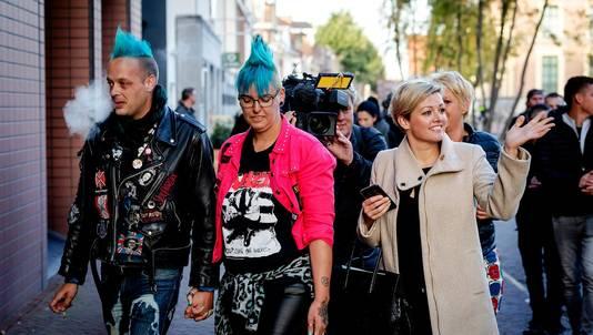 Jenny Douwes (r) kwam maandag samen met andere gedaagden aan bij de rechtbank