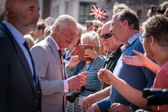 Aankomst van prins Charles in Arnhem. De prins maakt een praatje, een bewonderaarster maakt een foto van dichtbij met haar mobieltje.