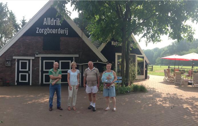 Tim Jongman van de Wetenschapswinkel, studentonderzoeker Lisa Wessels en Henk en Tineke van der Giesen voor de zorgboerderij