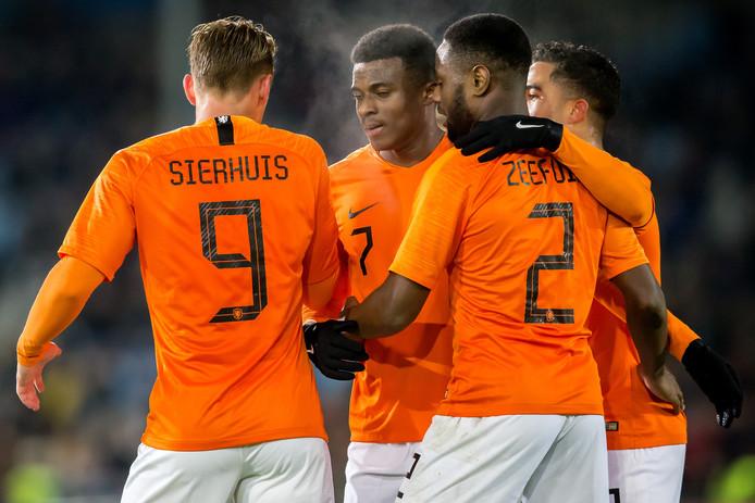 Kaj Sierhuis (l) en Javairô Dilrosun (m), de doelpuntenmakers aan de zijde van Jong Oranje.