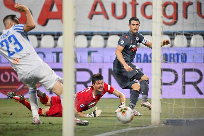 Kevin Lasagna zorgt voor de 3-0 van Udinese.