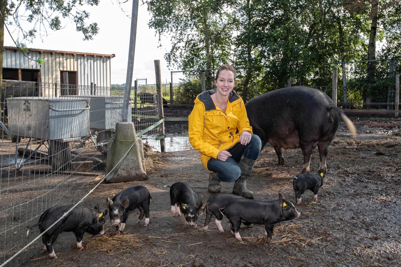 Josephine Hamel tussen haar drie weken oude Berkshire-biggetjes. Het vlees staat op het menu van het restaurant van haar en haar partner Maarten. Binnenkort is het vlees te koop in hun nieuw te openen boerderijwinkel.