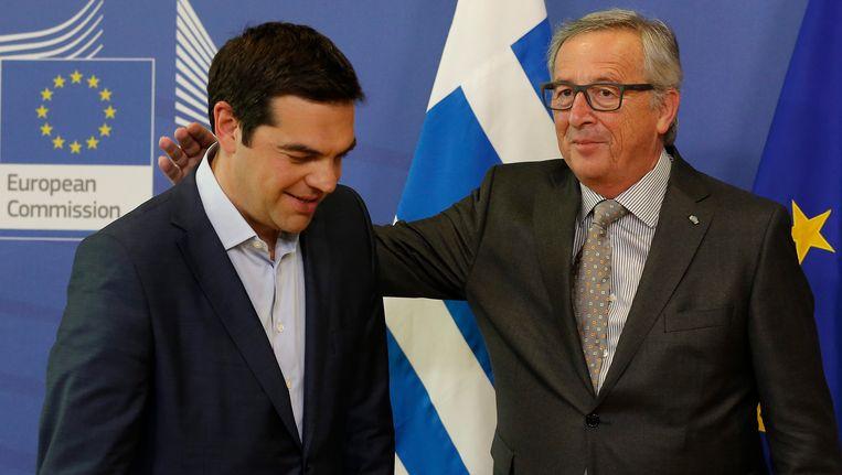 De voorzitter van de Europese Commissie, Jean-Claude Juncker (rechts) verwelkomt de Griekse premier Alexis Tsipras. Beeld EPA