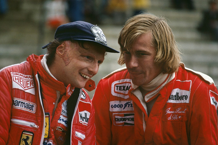 Niki Lauda et James Hunt en 1976, après l'accident du pilote Ferrari.