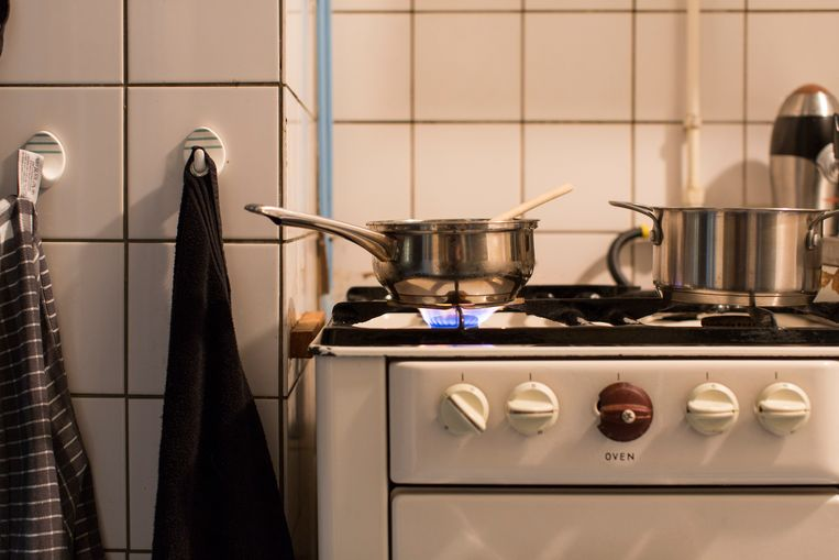 Brandende gaspitten met pannen op een ouderwetse oven en gasstel.  Beeld Hollandse Hoogte / Jordi Huisman