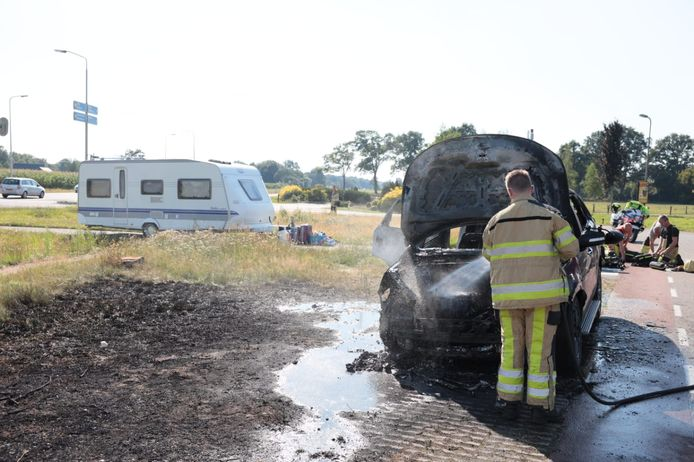 Bij Oudleusen ontstond onder de motorkap van een auto brand. De caravan werd snel afgekoppeld.