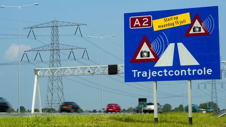 Borden langs de A2 geven de trajectcontrole tussen Utrecht en Amsterdam aan. Beeld ANP