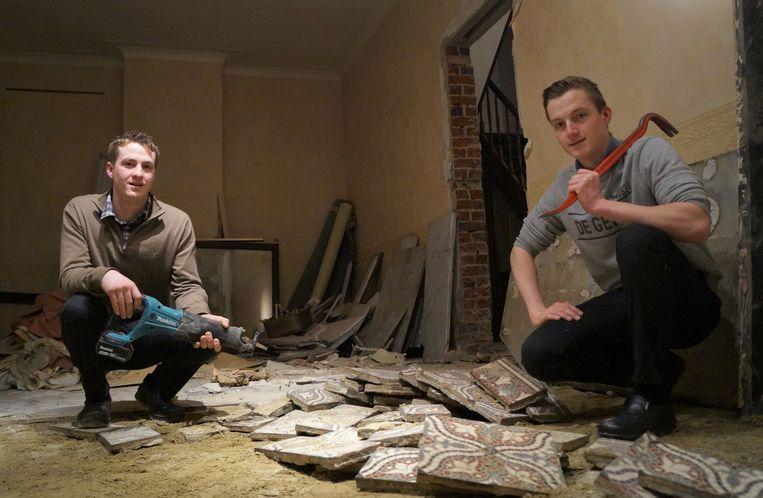 De broers Lukas en Pieter-Jan Hillewaere zijn volop bezig met de afbraakwerken in de voormalige slagerij. Nagenoeg alle binnenmuren moeten eruit.