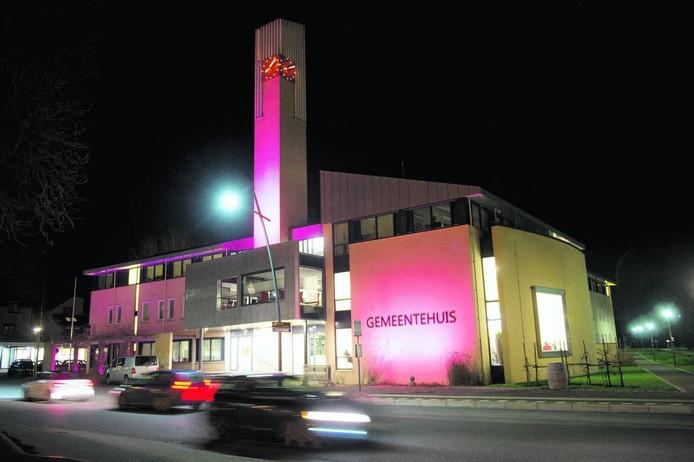 Het gemeentehuis in Groesbeek werd roze aangelicht tijdens de Giro.