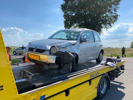Auto en doos eieren total loss bij ongeval op IJsseldijk bij Deventer