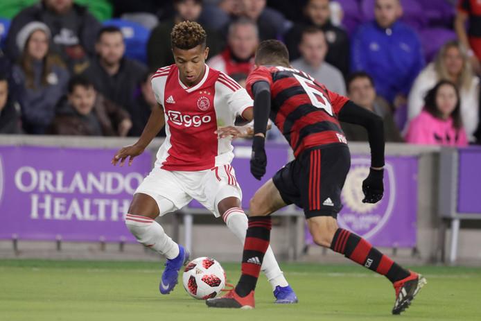 David Neres in actie tegen Flamengo. De Braziliaan kan naar China, maar Ajax-trainer Erik ten Hag laat hem liever niet gaan.