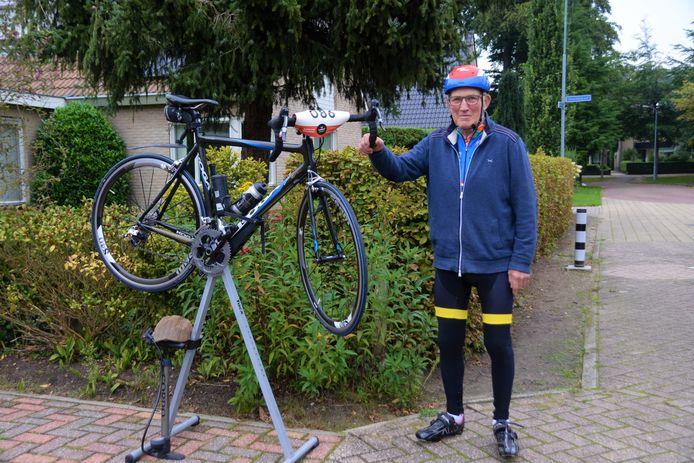 Henk Klok bij zijn huis in Putten, vlak voor de Zuiderzee klassieker.