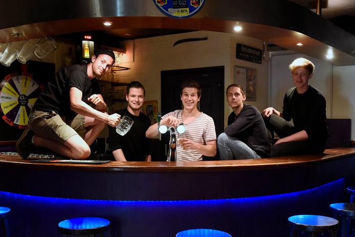 Bestuursleden van jongerensoos De Bijn achter de bar in Kamerik.
