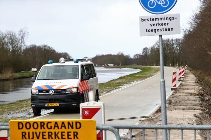 Hulpdiensten rond de plek waar Sven in het water werd gevonden, hier tijdens een reconstructie van die fatale woensdagmiddag in Drenthe.