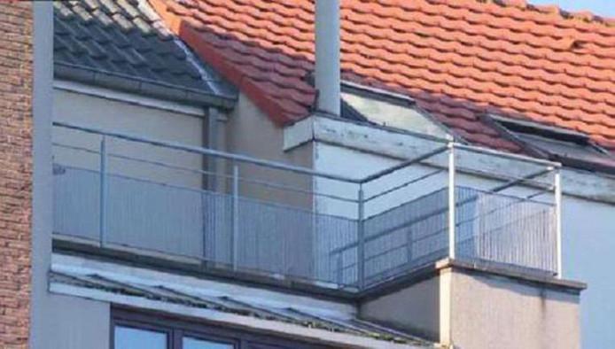 Het balkon waar het jongetje urenlang in de kou moest staan