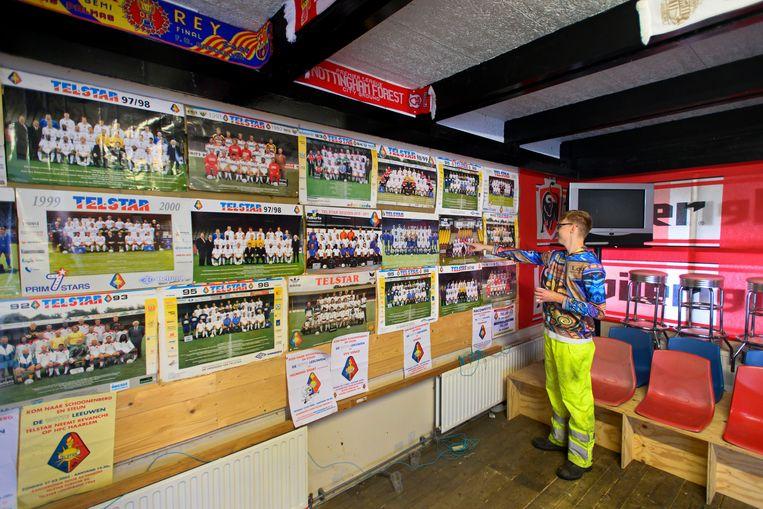 Vrijwilligers van voetbalclub Telstar in het oude spelershome waar ze lunchen en koffie drinken tussen de oude posters en de sjaaltjes. Beeld Olaf Kraak
