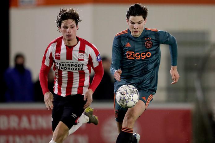 Mees Kreekels (links) in het duel met Jong Ajax-speler Jurgen Ekkelenkamp.