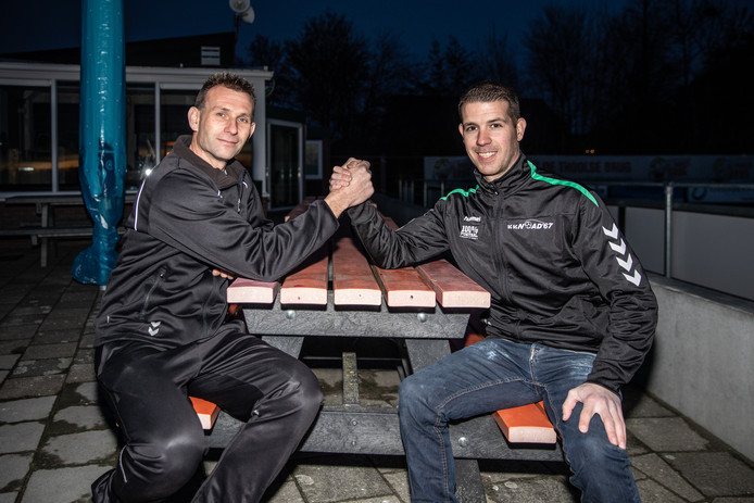 Leon de Witte (links), hier met Noad'67-trainer Perry Snoep, heeft zijn contract bij WHS met twee jaar verlengd.