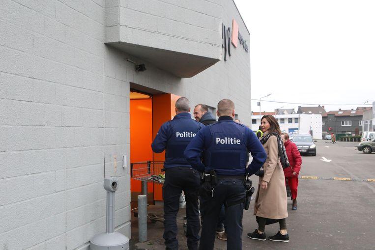 De politie komt ter plekke voor onderzoek op sinterklaasdag vorig jaar.