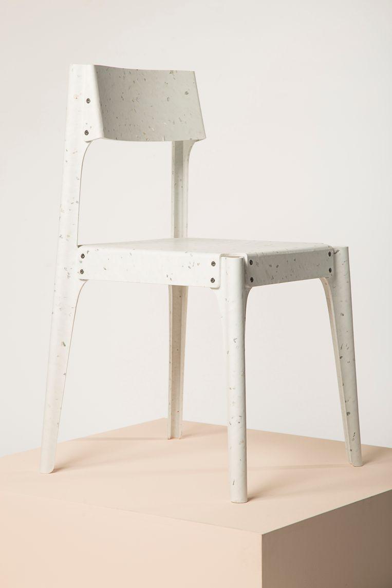Alexander Schul kreeg uit handen van galeriehouder Rossana Orlandi de 'Ro Plastic Prize' uitgereikt voor zijn 'Substantial Furniture'-collectie van gerecycled plastic, alexanderschul.com Beeld .