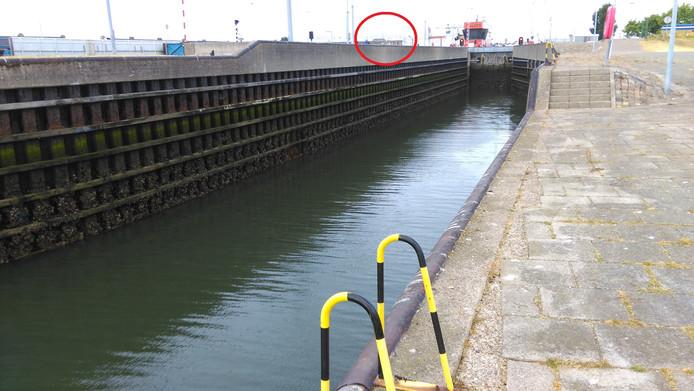De plek waar Benji het water in viel (rode cirkel). Op de voorgrond de trap waar de hond werd gered.
