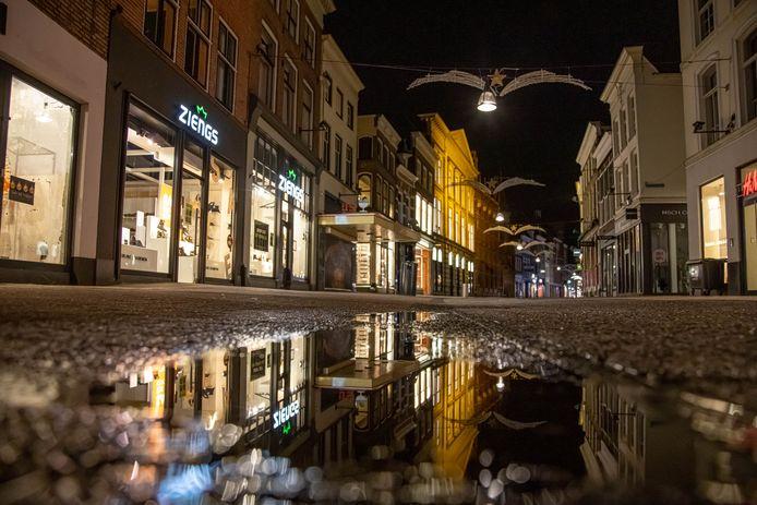 Lege straten in de avond, dat zou het gevolg moeten zijn van de avondklok, als deze wordt ingesteld. Zoals hier, in Zwolle.