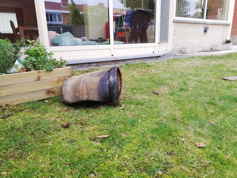 De gasfles vloog tot in de tuin van de buren.