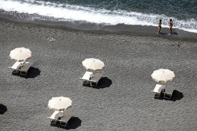 Lege strandbedden aan de noordkust van Sicilië. Het kabinet denkt dat per 15 juni twaalf Europese landen weer open zijn voor toerisme uit Nederland. Beeld Reuters
