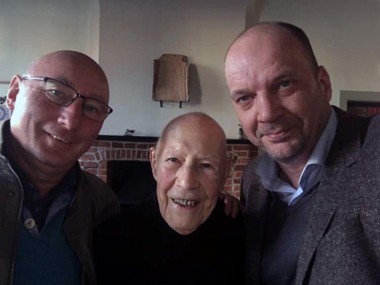 Eugène uit Blanden is 100 jaar geworden, Adri Daniëls (links) en Bart Clerckx brachten hem een bezoek.