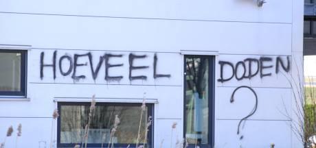 Gebouw coronatestmaker Roche in Almere beklad met tekst 'Hoeveel doden?'