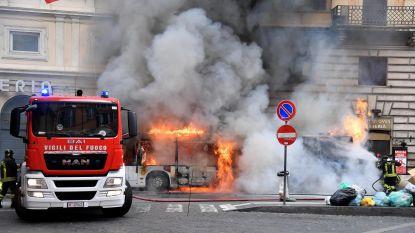 Paniek in centrum van Rome door brandende bus naast Trevi-fontein