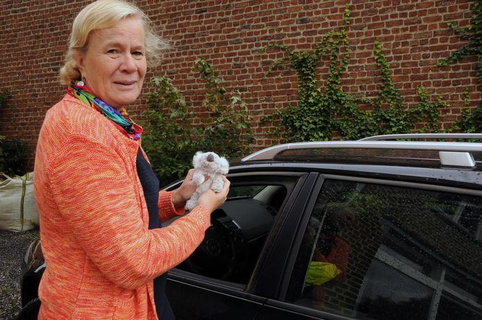 Dominique bij haar Renault Megane, haar enige reisgezel.