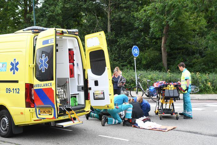 Vrouw op fiets gewond na botsing met scooterrijder op Hoge Rijndijk in Woerden.