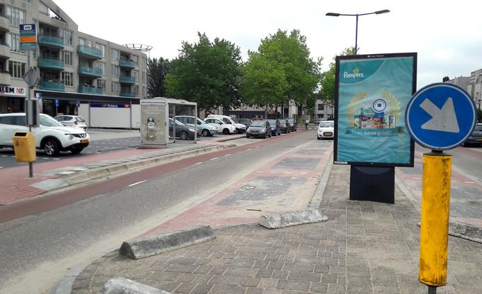 De reclamezuil lijkt het zicht op verkeer van rechts te belemmeren.