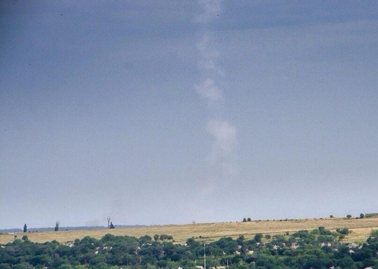 Foto waarop de rookpluim te zien is die de BUK-raket zou hebben achtergelaten. Beeld