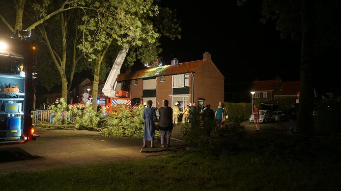 De brandweer aan het werk bij de woning in Zutphen waar een tak door het dak ging.