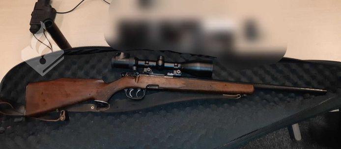 Het doorgeladen jachtgeweer is in beslag genomen door de politie.